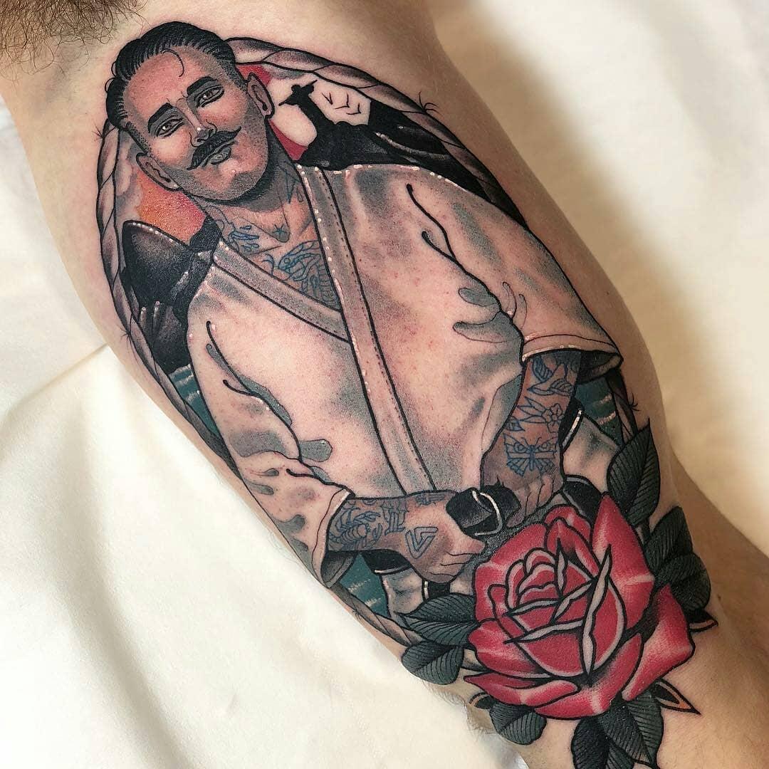 大臂oldschool人像玫瑰纹身图案